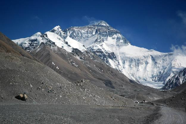 Mount_Everest_from_Rongbuk_may_2005